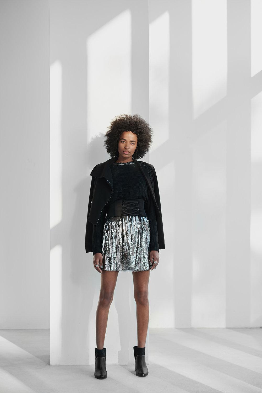 Modelo vestido peças pretas e prateadas com paetês