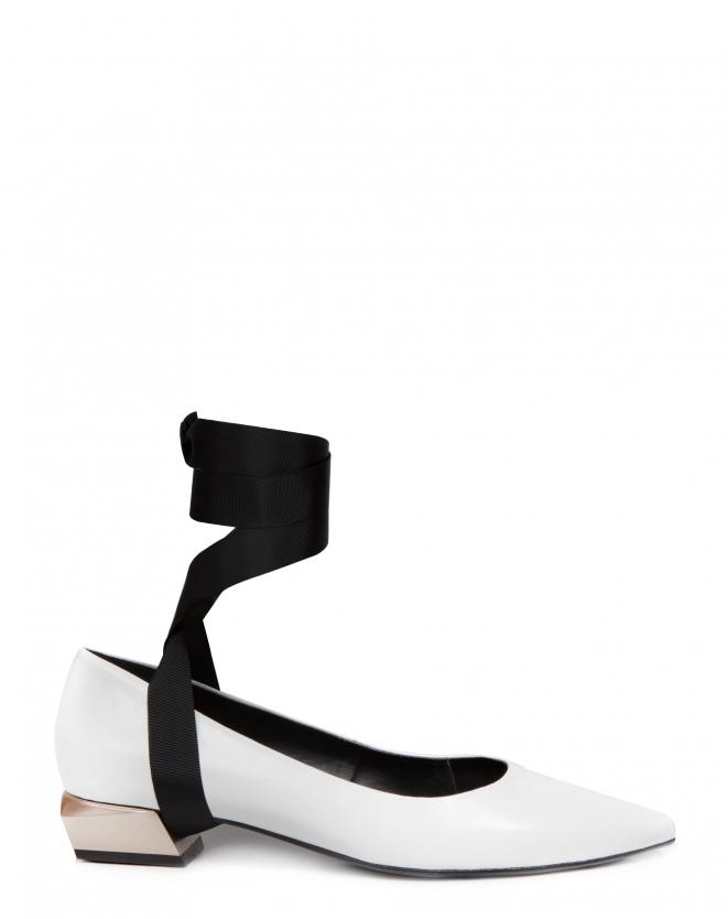 Sapato branco com tira preta e salto cromado