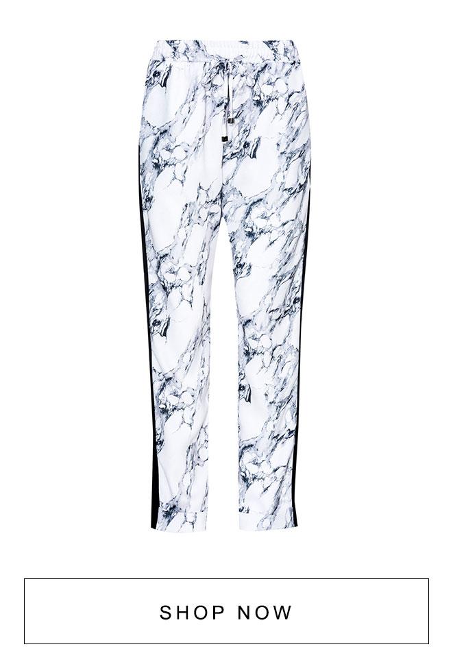 Calça branca estampada com listra lateral.