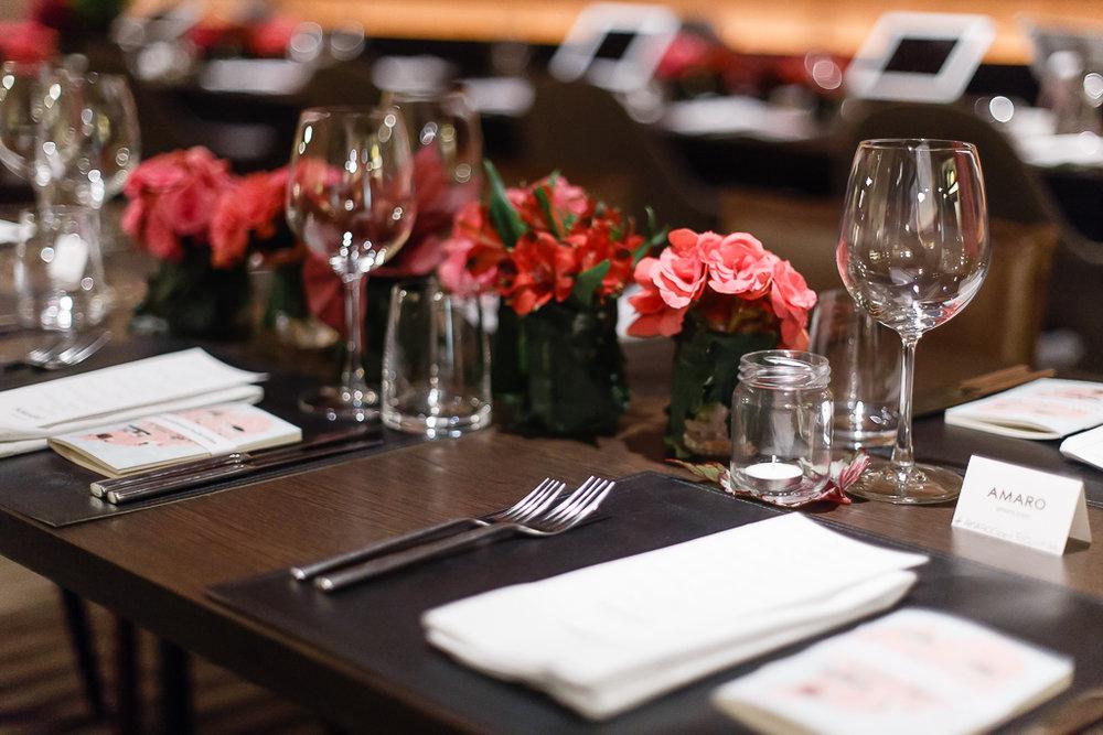 O menu é assinado pelo chef Lênin Palhano conhecido por usar sabores brasileiros em pratos da culinária internacional.
