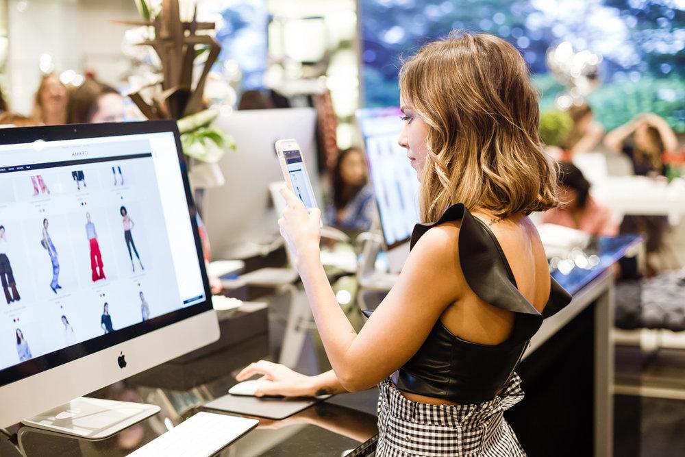 A blogger Luisa Accorsi fazendo suas escolhas da coleção Summer View