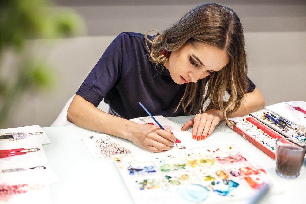 A ilustradora Thaíssa Esteves fazendo live sketches da coleção