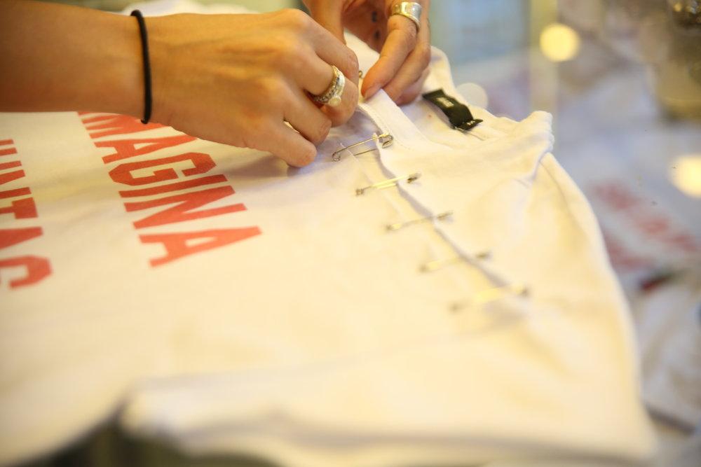 As convidadas puderam customizar suas camisetas da parceria AMARO + Glamour