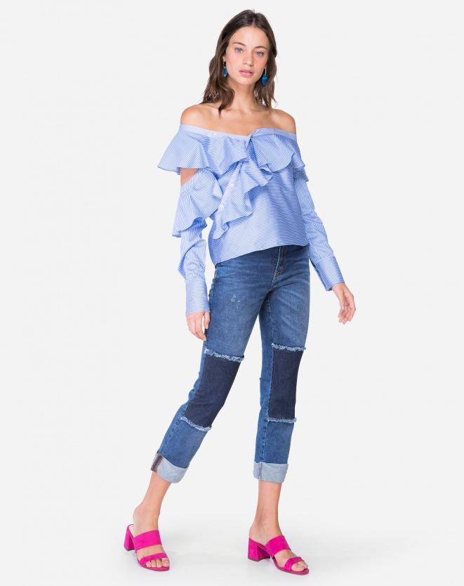 Look de roupas femininas jeans. Calça jeans com recortes, camisa social com babados e mule rosa.
