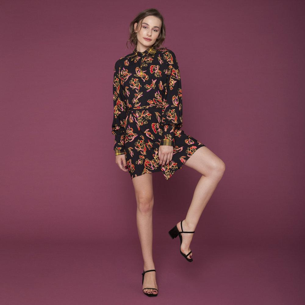 Look AMARO cm vestido estampado e sandália de salto grosso preta.