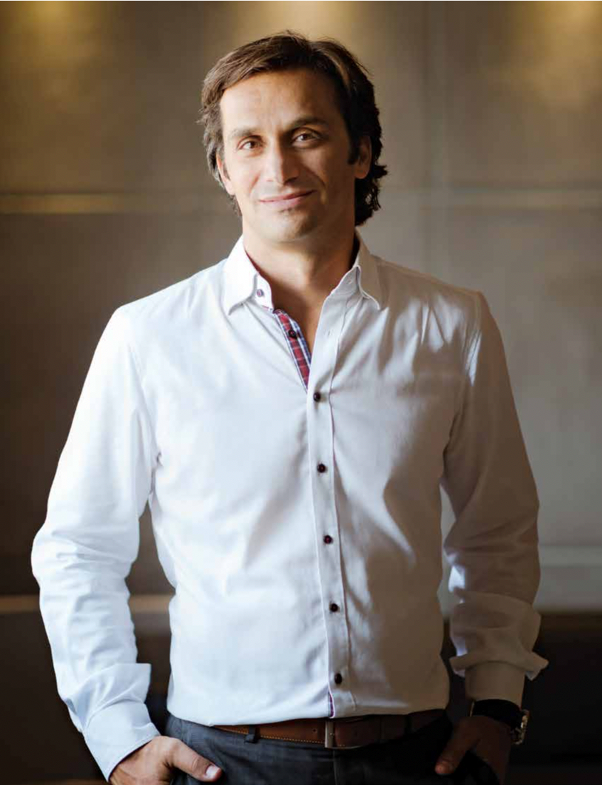Konstantinos Konstantinopoulos - O Κωνσταντίνος εντάχθηκε στο δυναμικό της Coffee Island το 2010 και το 2013 έγινε ο Γενικός Διευθυντής της εταιρείας. Έχοντας τον Κωνσταντίνο στο τιμόνι της, η εταιρεία ψήνει κάθε χρόνο περισσότερους από 1300 τόνους Premium και Specialty καφέ για την τροφοδότηση ενός δικτύου 420 καταστημάτων. Ο Κωνσταντίνος είναι υποψήφιος διδάκτορας στις Οικονομικές Επιστήμες, κάτοχος μεταπτυχιακού διπλώματος «Manufacturing Engineering & Management» και πτυχιούχος της σχολής Μηχανολόγων Μηχανικών & Αεροναυπηγών. Εισερχόμενος στον κλάδο του καφέ, έγινε κάτοχος του Coffee Diploma, πιστοποιήθηκε ως Authorized SCA Trainer, αλλά και ως κριτής των εθνικών πρωταθλημάτων του καφέ. Με σκοπό να πραγματώσει τη διαδικασία των κοινωνικά δίκαιων και άμεσων εμπορικών συναλλαγών ταξιδεύει σε φάρμες σε όλο τον κόσμο, με στόχο την προώθηση και την ενίσχυση του specialty καφέ. Έχει κατακτήσει τον τίτλο «Νέος Επιχειρηματίας» για το 2015 στα βραβεία SCAE Coffee Excellence και είναι ο σημερινός Εθνικός Συντονιστής του SCA Greece. Από το 2016, ο Κωνσταντίνος κατέχει τη θέση του Προέδρου στο Events Committee και είναι μέλος στο Διοικητικό Συμβούλιο του Specialty Coffee Association.