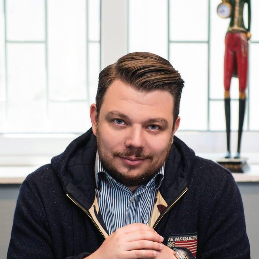 Nikolaos Ferras - Ιδιοκτήτης της εταιρίας καφέ Kudu Coffee Roasters, η οποία ιδρύθηκε το 2013 στην Αθήνα.Έχει σπουδάσει οικονομικά και διοίκηση επιχειρήσεων στο Πανεπιστήμιο Πατρών. Αποφάσισε να ασχοληθεί επαγγελματικά με τον καφέ ύστερα από επαγγελματικά ταξίδια στο εξωτερικό και γνωρίζοντας από κοντά την κουλτούρα του Specialty Coffee. Ίδρυσε την εταιρεία Kudu Coffee Roasters με σκοπό του να προσφέρει στο καταναλωτικό κοινό εκλεκτής ποιότητας καφέδες. Η φιλοσοφία της εταιρείας στηρίζεται στη διαρκή αναζήτηση των δυνατοτήτων του καφέ προκειμένου να προσφέρει το καλύτερο ποιοτικά και γευστικά προϊόν στον καταναλωτή. Παρακολουθώντας από κοντά όλη τη διαδικασία συγκομιδής, επεξεργασίας και παρασκευής του καφέ, η εταιρεία επιδιώκει να ανακαλύψει και να αναδείξει τις ιδιαίτερες γευστικές αποχρώσεις του καφέ καθώς και όλα εκείνα τα εκλεκτά συστατικά που συνθέτουν την πολυδιάστατη ταυτότητά του. Είναι μέλος της SCAE Greece απο το 2013 και κάτοχος του Coffee Diploma της SCA.