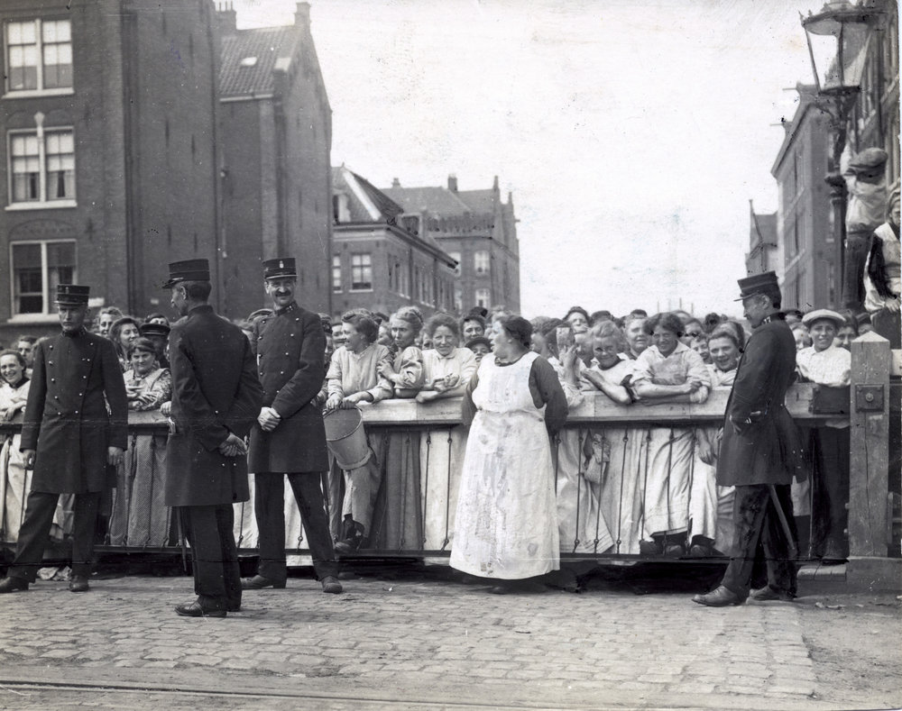 Vrouwen wachtend voor slagboom bij de Rietlanden.jpg