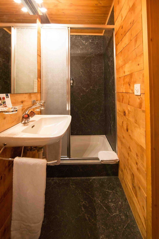 lejdastaz-zimmer-silvaplana-dusche.jpg