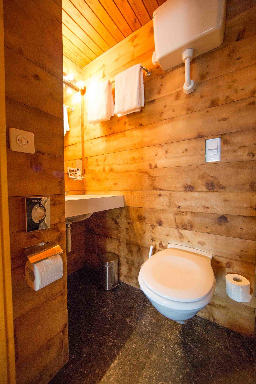 lejdastaz-zimmer-stmoritz-badezimmer.jpg