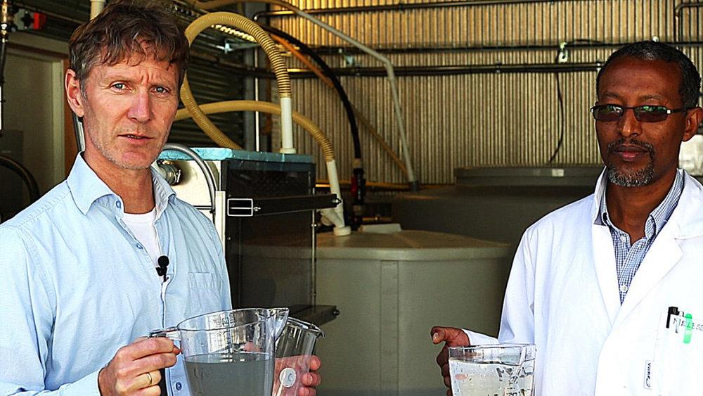 Foto: Arve Heistad (t.v.) med gråvann fra testforsøk i lab. Her med Melesse Eshetu, også han fra Ecomotive. (Arkiv)