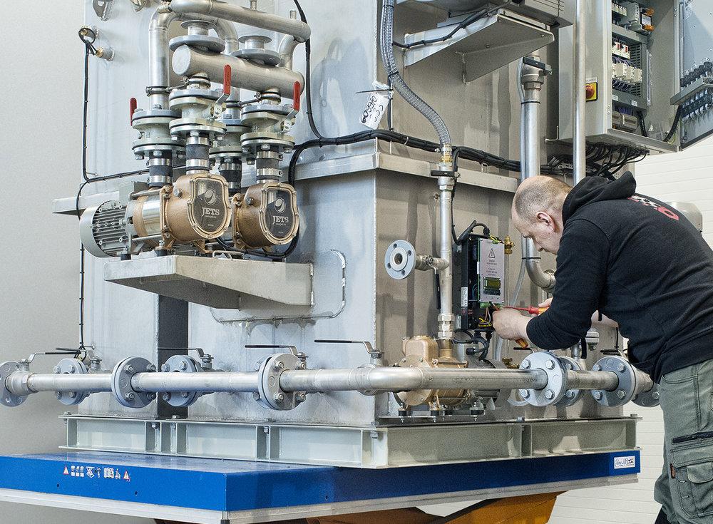 Anleggene er i dag kommersielle produkter som serieproduseres av Jets Vacuum AS for det globale skipsmarkedet.