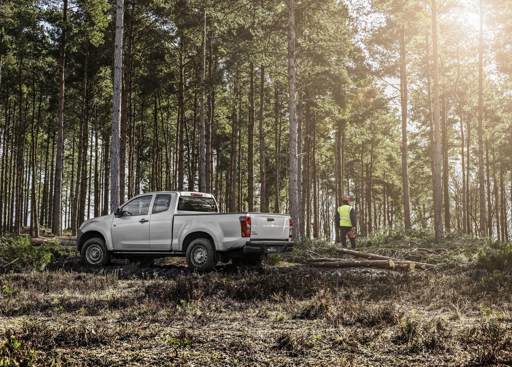 csm_10B_-_ISUZU_D-MAX_EU_LHD_-_Forest_3_Ext_side_view_with_worker_a685931c86.jpg