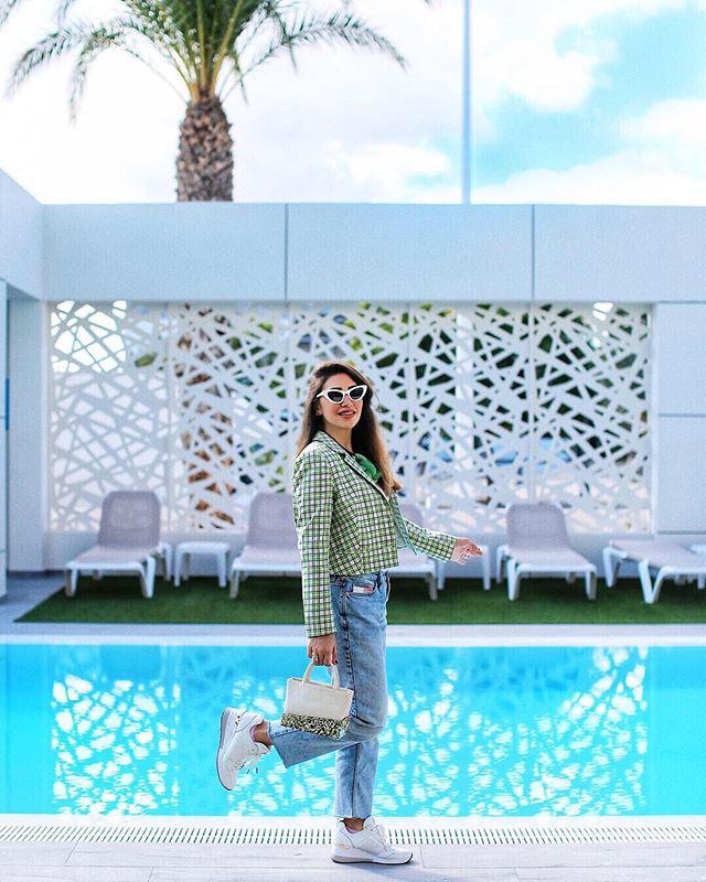 Lusting over turquoise poolside conversations and glittery handbags ☀️ #lalingigirl @mayawilliamz #wiw #fashionista #fashioninfluencer #fashiondiaries #instastyle #spain #emergingdesigner #londondesigner #outfitpost #stylist #lalingigirl #wiwt #luxurybags #designerbag