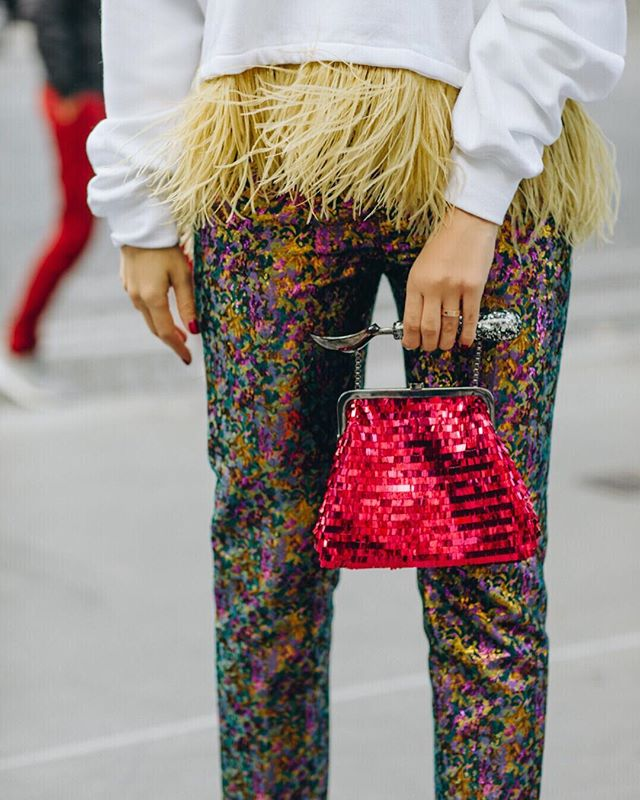 Tis the season to be wearing feathers and sequins🤩. Now on Lalingi.com #lalingigirl #christmasgiftsideas #giftsforher #redclutch #redbag #designerbag #icecreamclutch #glitterbag #giftsforher #luxurygifts #swarovskibag #fashionpost #styling #fashiondiaries #icecreamlover #streetstyle