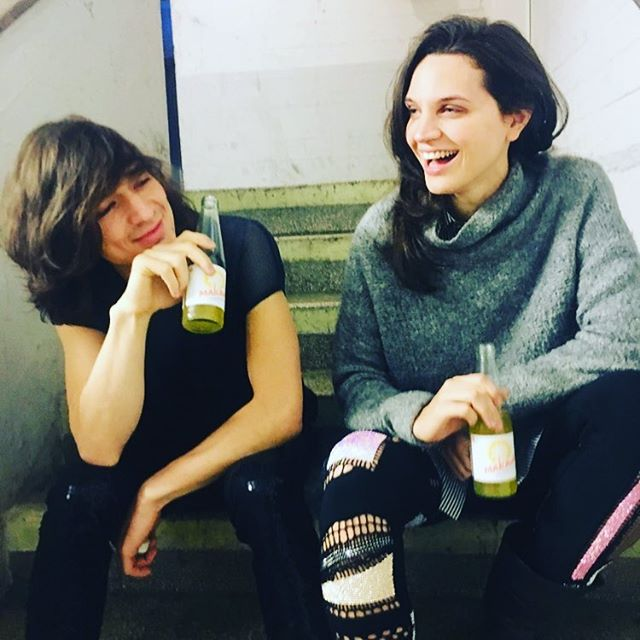 Slowly realizing what an amazing year we had... We have so many plans for 2019, but first it's time to enjoy the good memories! This is us, happily chillin' backstage with some @makava_delighted_ice_tea to stay awake 🦸🏻‍♀️🦸🏻‍♂️ ⠀ ⠀ #backstage #justbeforetheshow #organicandfair #unpaidad