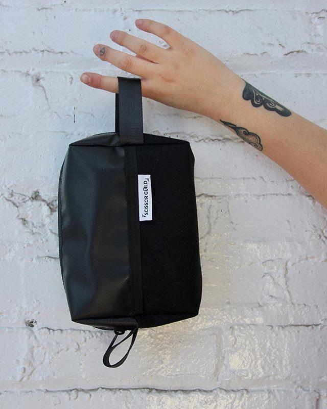 Un moyen facile de ranger vos articles de toilettes, notre kit SKATO dopp ! ⠀ ________________________________ An easy way to store your toiletries, our SKATO dopp kit! ⠀ ⠀ ⠀ ⠀ ⠀ #scissorguild #montreal #madeinmontreal ⠀ #fabriqueamontreal #faitamontreal #montrealdesign ⠀ #bag #bagmania #bagslover #bagoftheday #totebag ⠀ #handmadeaccessory #handmadebag #handmadegifts #handmadewithlove #handmade #handmadeisbetter #fabriquealamain #faitalamainamontréal #buylocal #madeinmtl #locallife #faitauquebec⠀