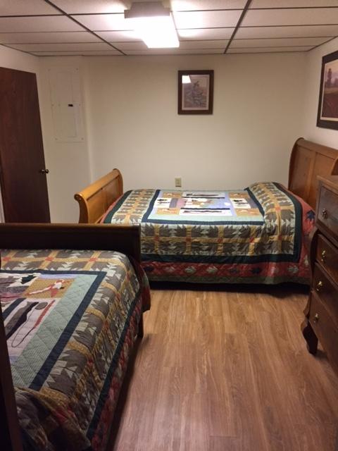 downstairs bedroom w/queen & full