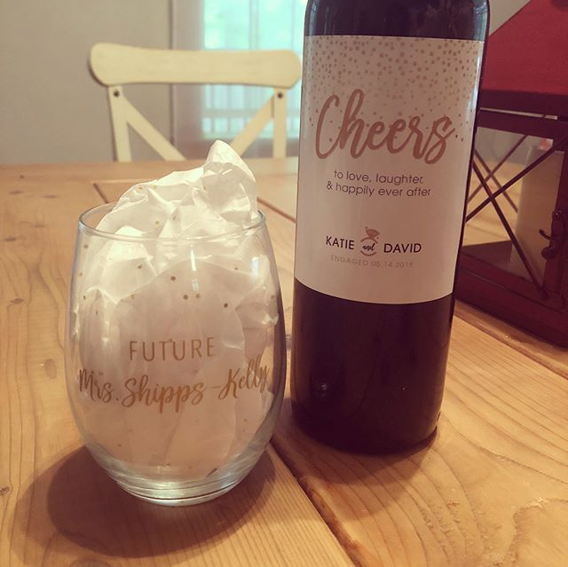 The perfect gift for the best couple ♥️♥️ #customwinebottlelabel #customwineglass #customringdish #engagmentgift #engagement