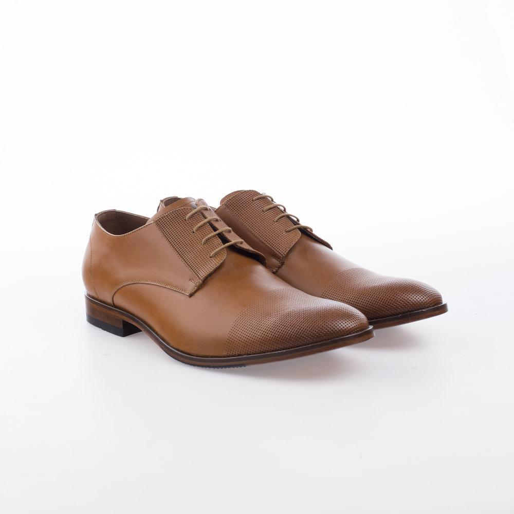 8203 Miel $1,199 MX Zapato Derby liso con detalle perforado en punta brochuelado.