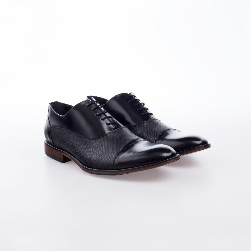 8208 Negro  $1,499 MX  Zapato Oxford , combinación de texturas con placa grabada.