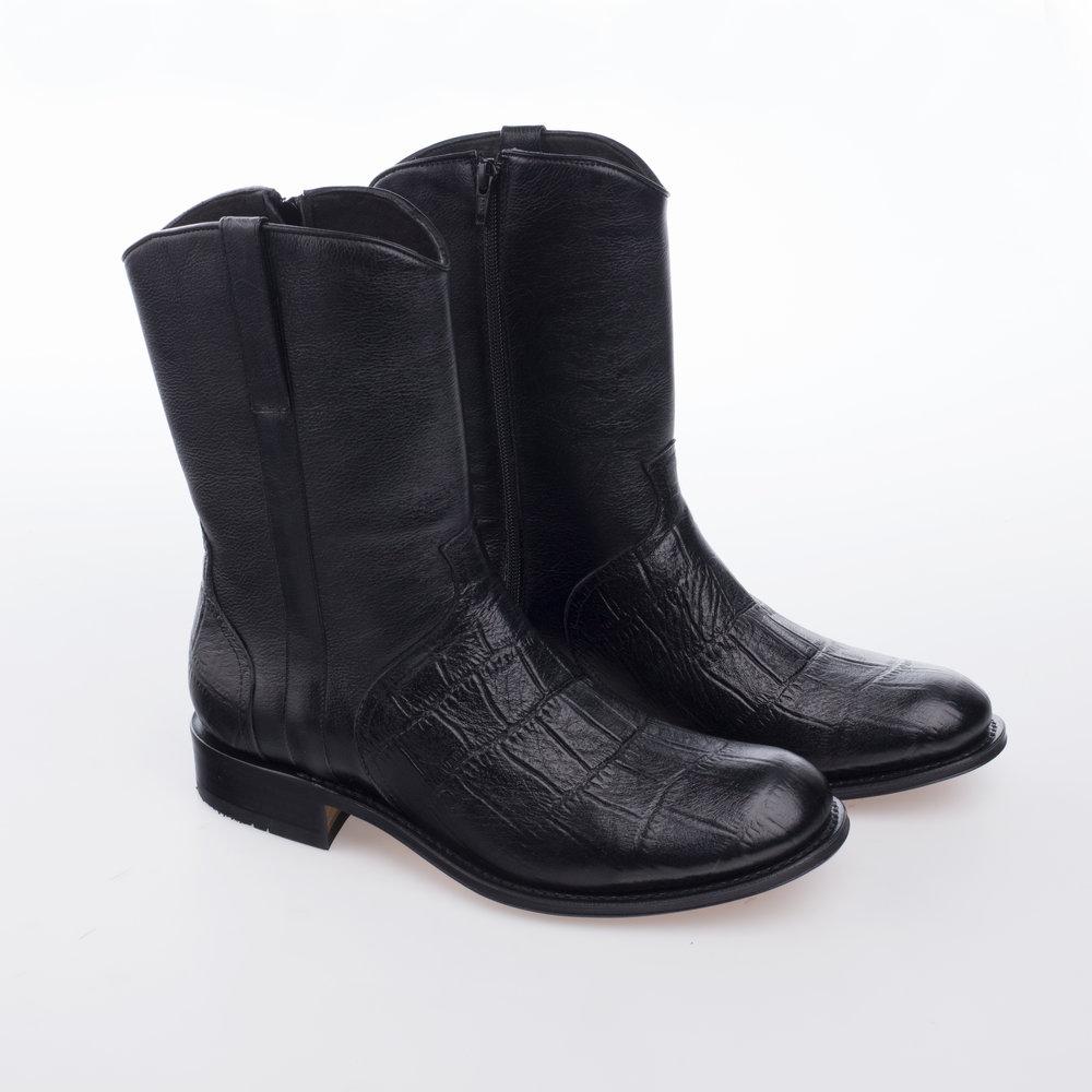 1055 Negra  $1,699 MX  Bota construcción Welt Flex, combinación de pieles, grabada croco y lisa.