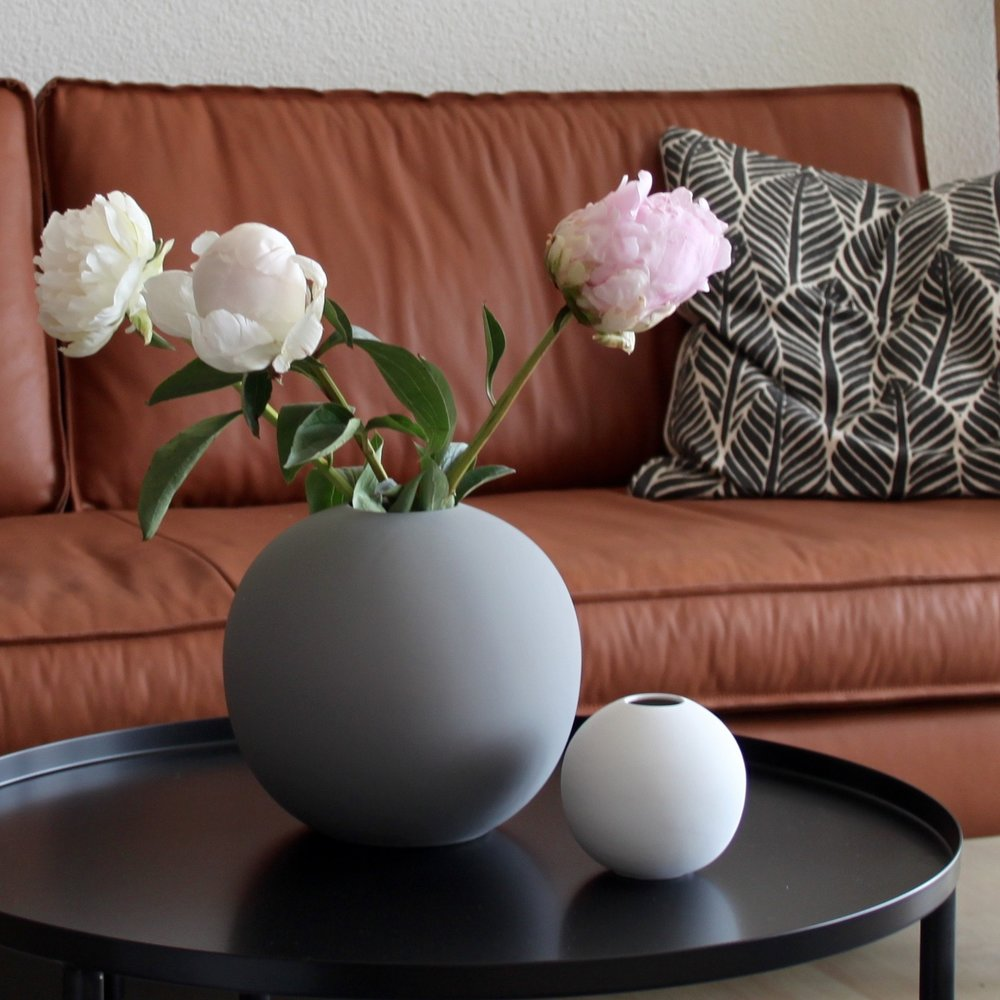 Die Elegante  Die schlichte Form und die matte Oberfläche lassen diese Vase mit oder ohne Blumen wunderschön aussehen. Die Vase Ball von Cooee gibt es in vielen tollen Farben und Grössen, dass es einem schwer fällt, sich zu entscheiden.