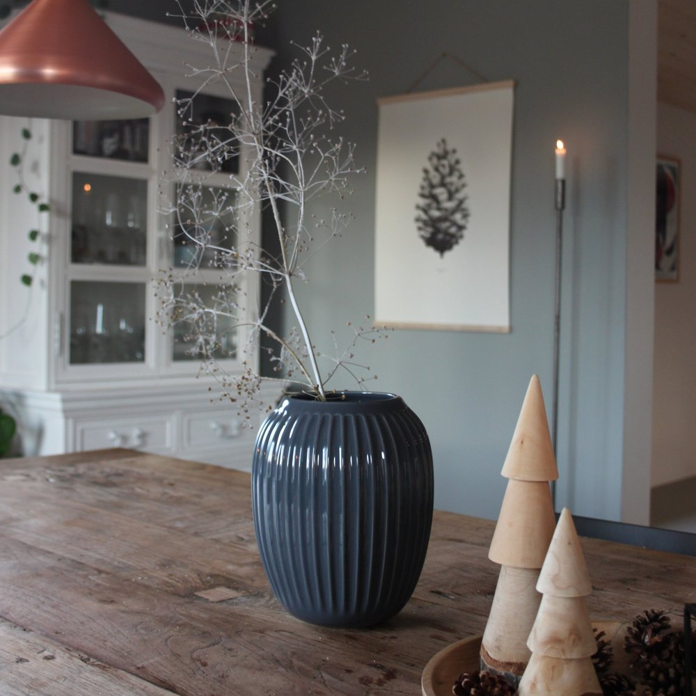 Tannenzapfen in der Schale und an der Wand  Die holzigen Tannenbäume habe ich von Depot-online, das Poster ist von Paper Collective und die dunkle Vase von Kähler Design.