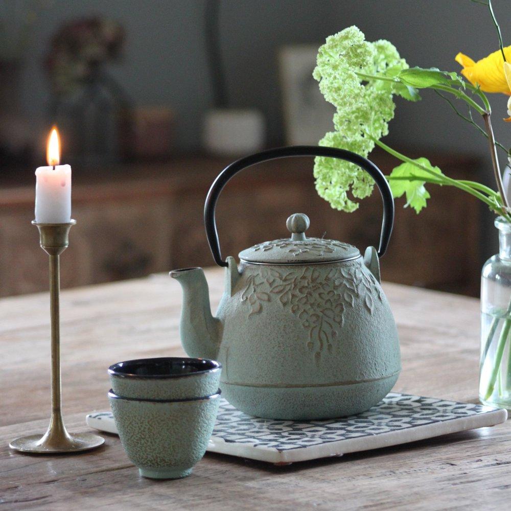 Dieses wunderschöne Teeset namens Siara ist dank Sieb perfekt für frischen Tee. Hier zieht die japanische Teekultur direkt ins Haus.   erhältlich bei  Pfister  Preis Kanne 34.95 CHF und Tasse je 5.95 CHF                           .