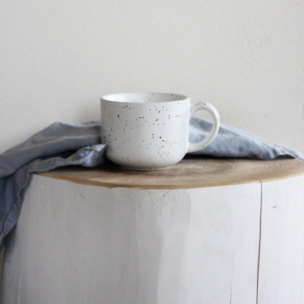 Diese grosse Tasse ist wie geschaffen für einen leckeren Cappuccino. Handbemalt strahlt sie einen wunderbaren Charme aus.   erhältlich bei  H&M Home  12.95 CHF