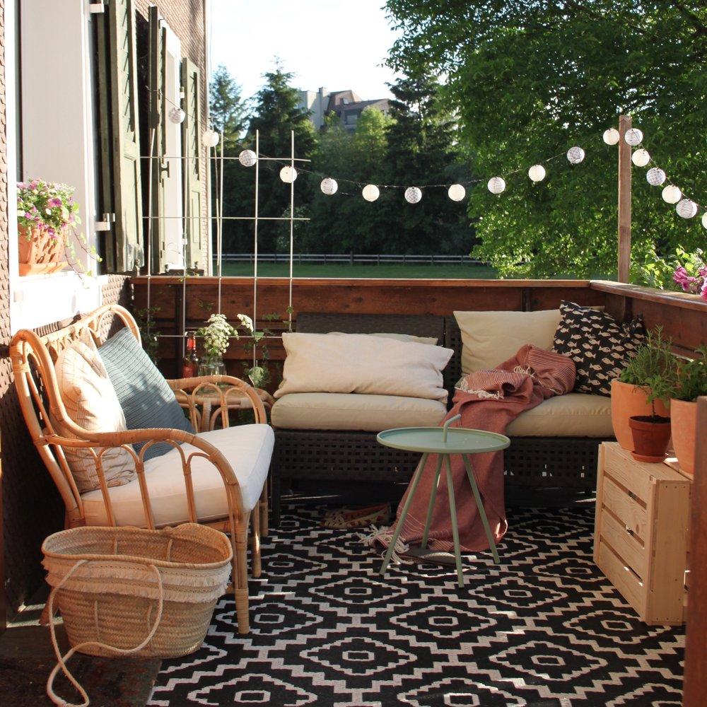 Gemütlich gestaltet wird der Balkon zum zweiten Wohnzimmer.