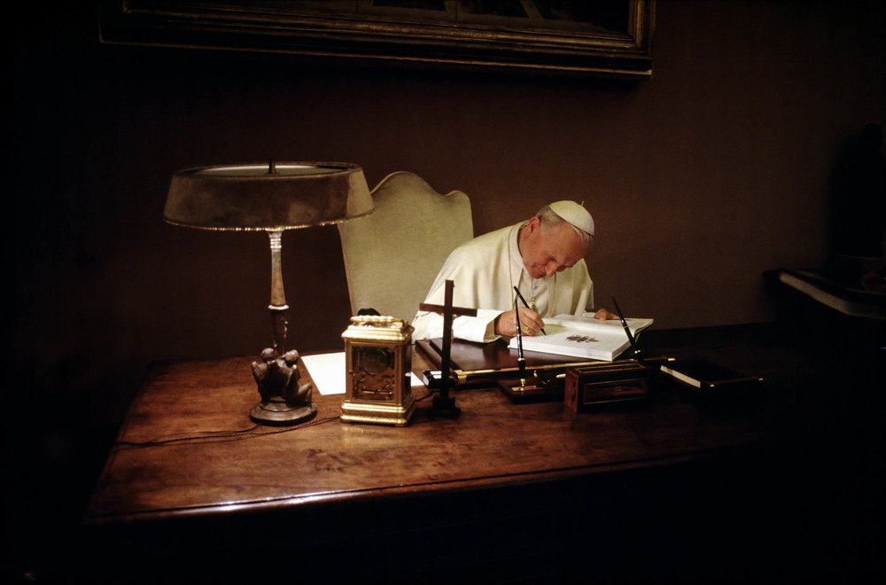 The Vatican - February 1986 A day in the life of the Pope John Paul II in the intimacy of the Vatican: signing a document at night in the Library, where he meets with the powerful of the Earth.