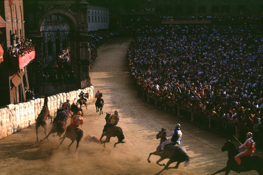 Siena, 1 July 1991 At the second S. Martino bend Chiocciola, Selva, Onda and Nicchio fall off their horses.