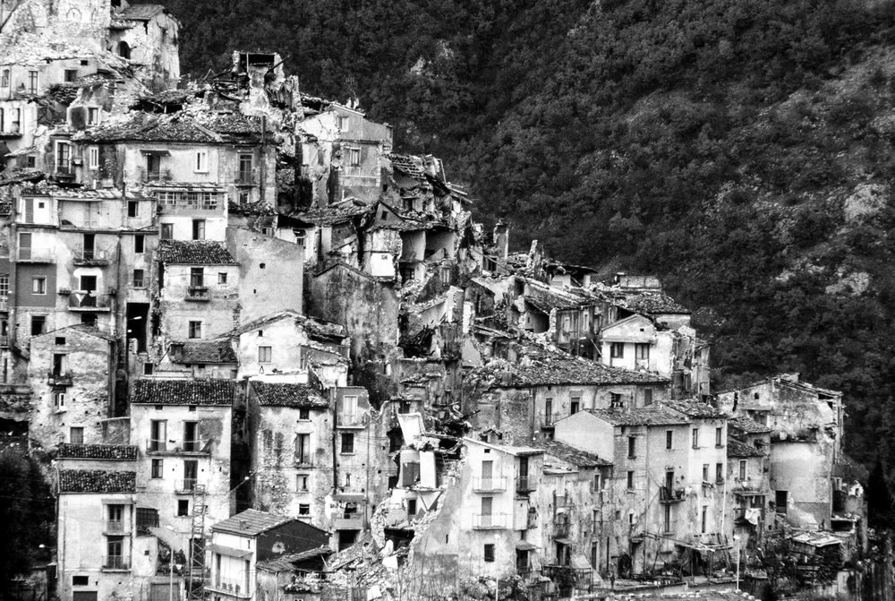 Basilicata, 24 November 1980At 19,35 pm of the night of 23 November, the biggest earthquake in Italy destroys a large part of Campania and Basilicate towns and villages. More than 3000 people dead, 250,000 homeless. © GIANNI GIANSANTI