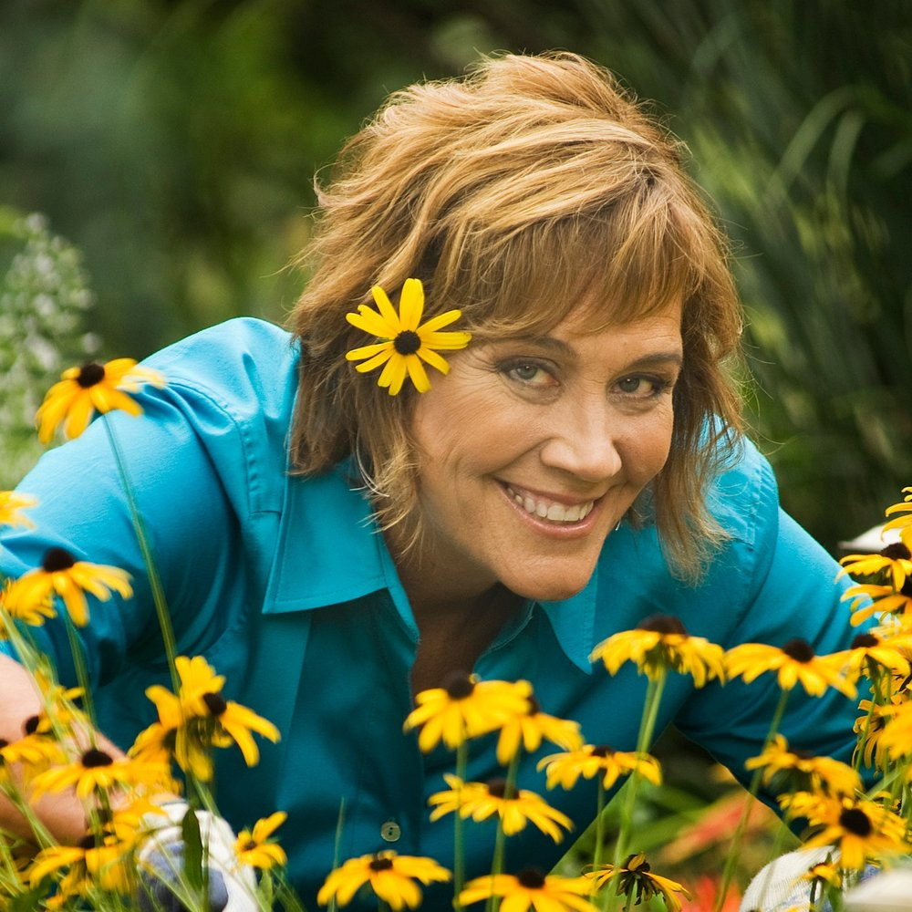 Melinda+Myers+with+daisies+high+res.jpg