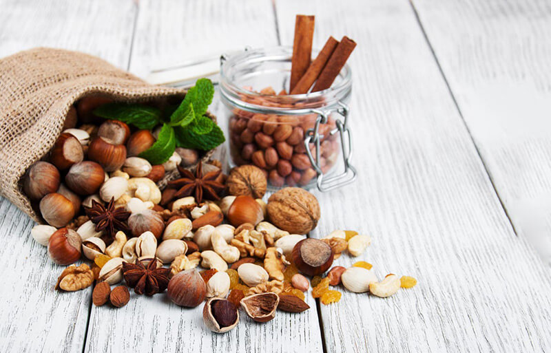 ◆ Prioritize food that doesn't need to be cooked, is high energy, can be stored long term, and easy to digest, e.g. nuts and dried fruit. ◆ With stoves, cocoa, dried soup, and tea are excellent.