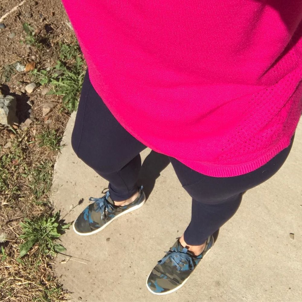 Going_edgy-athleisure_with_hot_pink__leggings____camo_today___thedailycombo__ootd__tomstribe.jpg