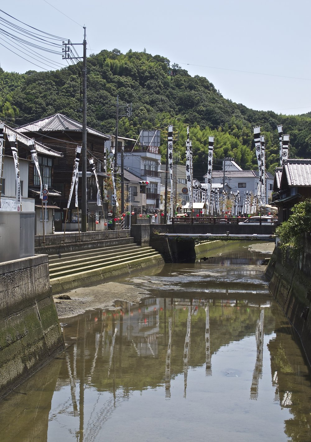 Dug in 1650 to connect the town to the sea, the Honkawa Canal is lined with large warehouse-residences where merchants lived, business was transacted, and salt was stored before being put on lighters to be taken to ships waiting in the bay.
