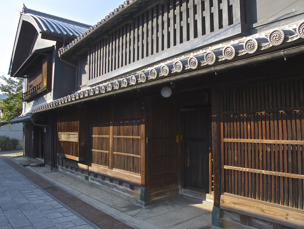 Dating from the late 1600s, the Ose House is one of the oldest warehouse-residences in Takehara.  Sporting an attractively massive roof over its warehouse on the left, the residence on the right is a refined network of rooms and courtyard gardens. Although the residence is not open to the public, an artist working in wood opens his studio in the warehouse Fridays to Sundays from 11:00 to 16:30.