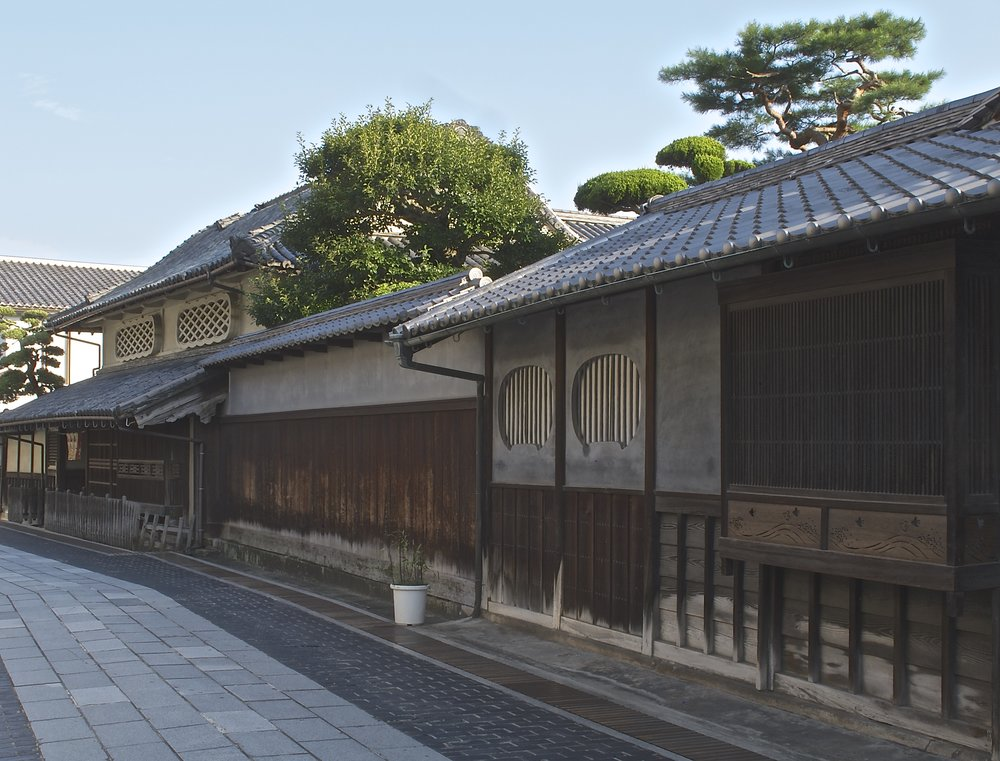Located on the main street of the historic district, the Matsuzaka House on the left was built between 1818-1830 by a family that made its money building and maintaining Takehara's clay-pan salt fields. Its distinctive Teri-muku style roof and elaborate lattice-work on the front of the house were the main ways merchants could display their wealth during the Edo era. The house is open to the public from 9:00 to 17:00 (last entrance at 16:30) Tuesday through Sunday except for holidays. Admission is ¥200.