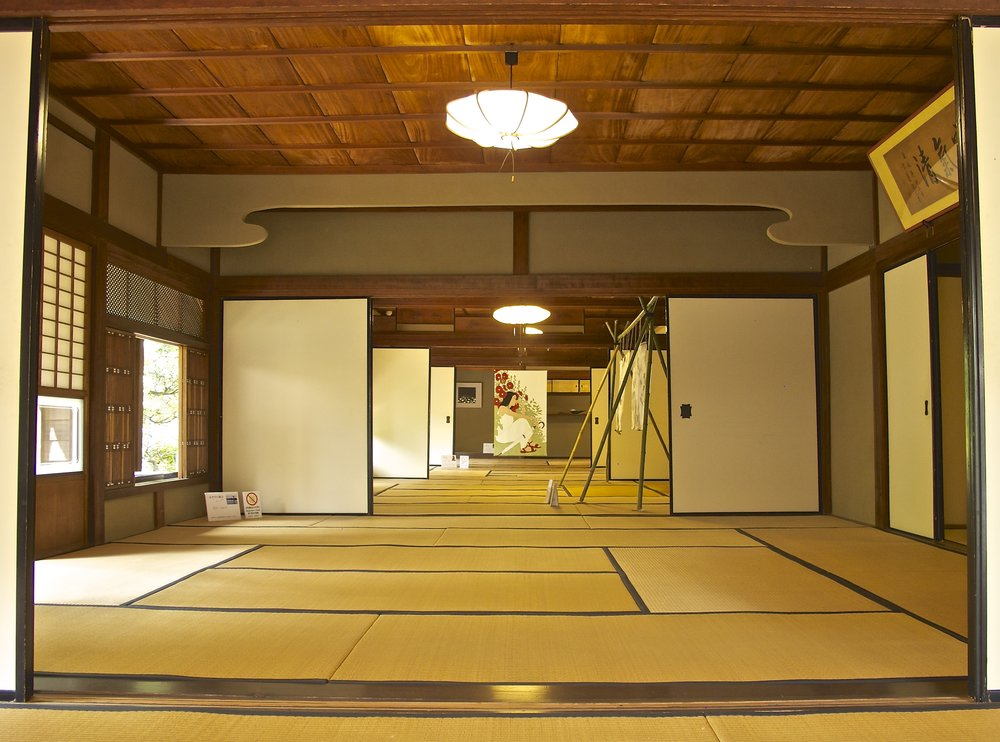 The five large reception rooms of the house were laid out to create the feeling of a  daimyo  feudal lord's mansion.