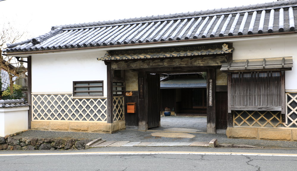 Large handsome gates like this one were typical of the properties of prosperous farmers in Takagamine during the Edo (1603-1868) and Meiji eras (1868-1912).
