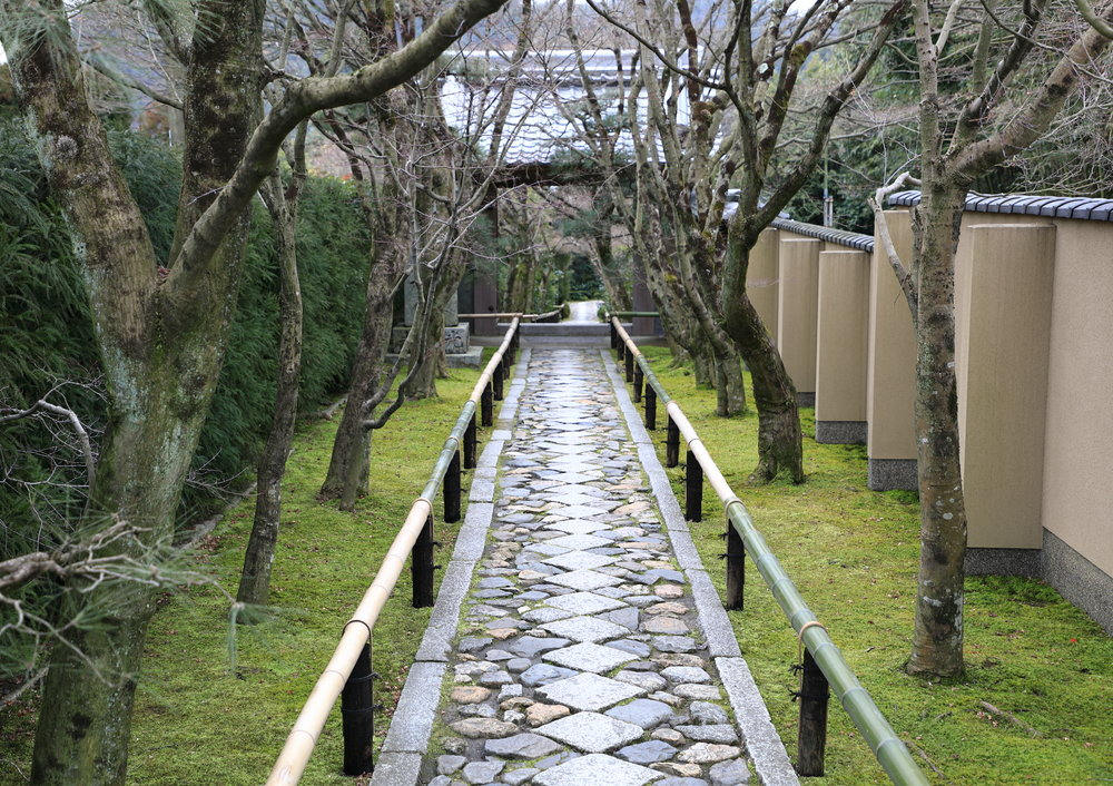 The formal entrance to the temple and garden of Koetsu-ji.