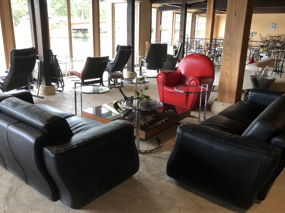 A lounge area cordoned off from the rest of Cafe du Pin is available all day to guests of the inn. Guests can have complimentary beverages and also order food from the cafe for lunch or an afternoon snack.