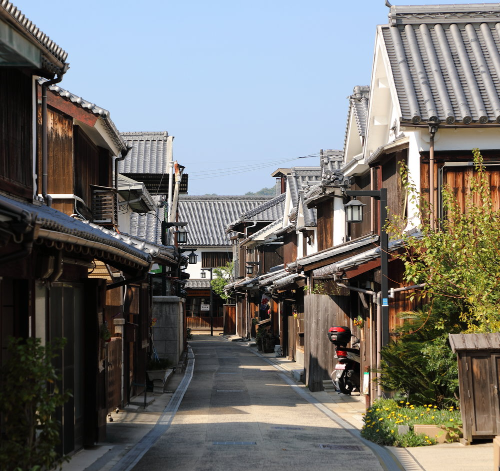 Mitarai's main street, located just behind the port, is lined with Edo-era (1603-1868) shops and homes.
