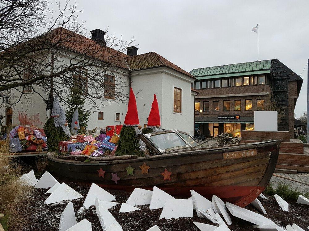 Tomtarna har visst kört på grund i Falkenberg. Framför Stadshuset.