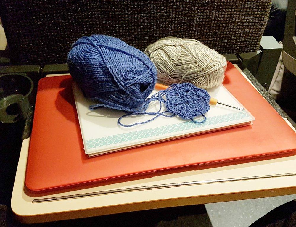 Virkning och dagbokskrivande, två favoritsysslor när jag åker tåg.