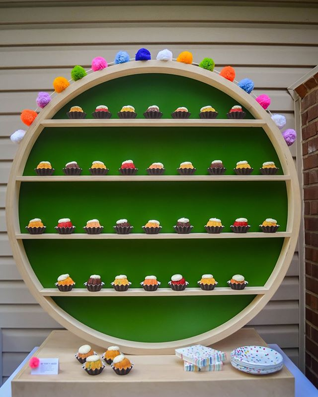 This handcrafted display with cute mini bundt cakes from @nothingbundtcakes is giving us LIFE on this rainy day! More details from our Baby Sprinkle 👶🏻🌦to come 🤗 .