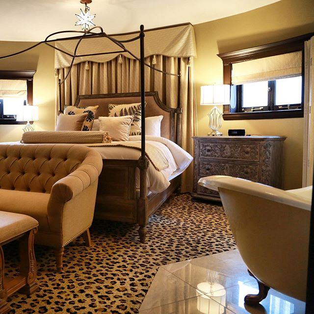 Looking for a romantic getaway? Winter is a great time to explore Downtown Detroit's revival. We invite you to end your night in a room set for a queen by staying overnight in one of our Estate Suites. To learn more, visit our website and reserve your getaway today! #thedetroitclub #detroit #luxuryescapes