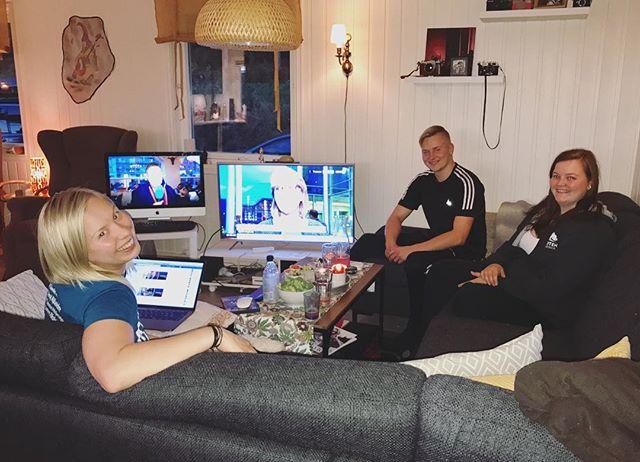 Nrk Sápmi på en skjerm, og Nrk på den andre. Hardcore valgvake i Evenašši 🙌 #miigeavvá #valgvake